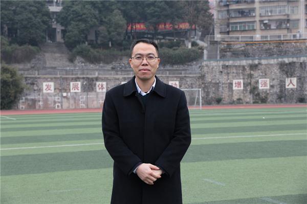 把爱的阳光洒满教育之路——记郴州市二中教师朱达亮