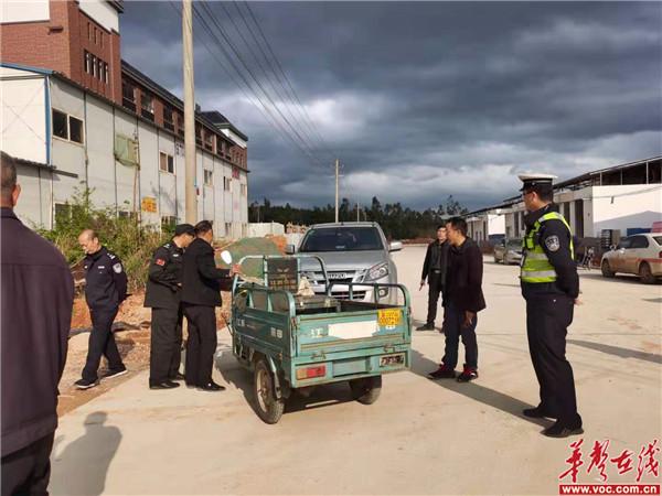 蓝山县教育局、交警大队莅临湘源学校检查校车及整治周边交通环境 4.jpg