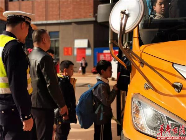 蓝山县教育局、交警大队莅临湘源学校检查校车及整治周边交通环境 3.jpg