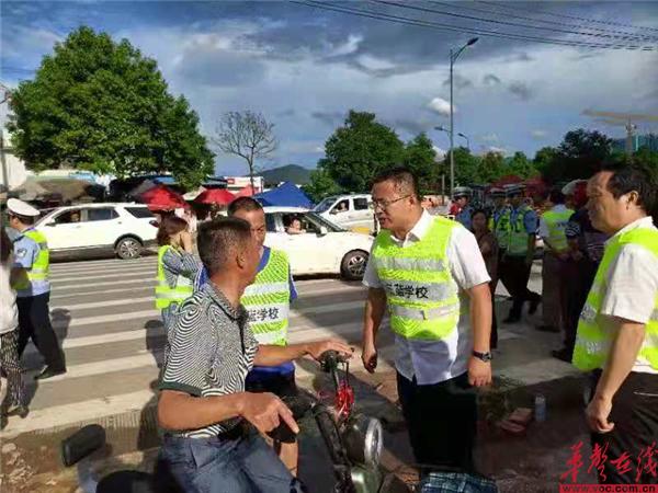 永州市蓝山县三蓝学校联合交警、城管保障师生安全