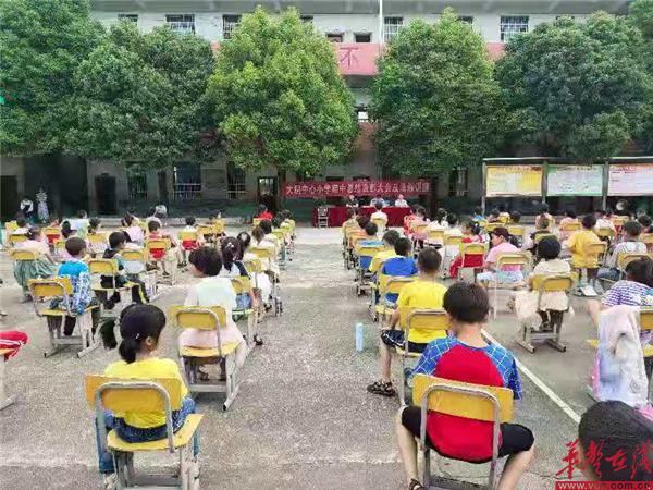 蓝山县大洞中心小学举行期中表彰大会暨法治讲座
