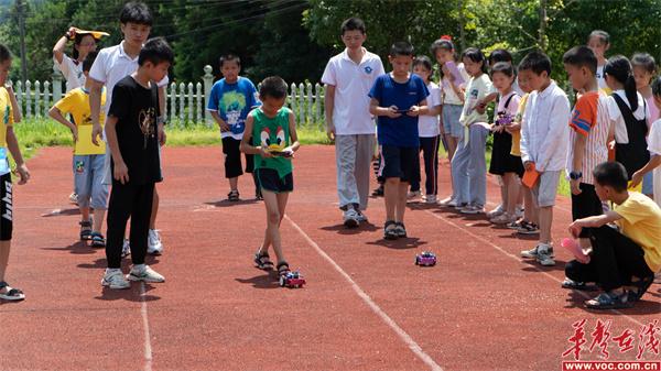 湖南信息职院三下乡服务队给维汉小学孩子们送去快乐