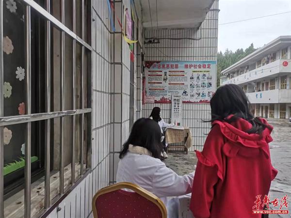 隆回县西洋江镇中心小学开展全校学生体检工作